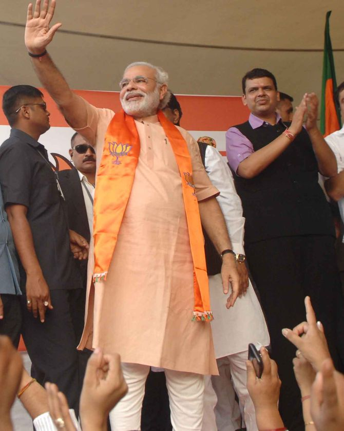 Thousands of people turned up at the domestic airport in Mumbai to greet Guajarat Chief Minister Narendra Modi