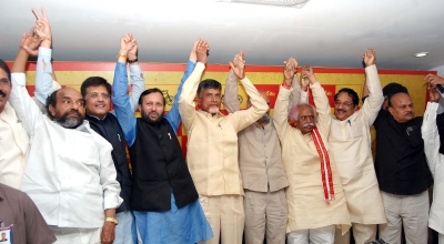 India News - Latest World & Political News - Current News Headlines in India - Javadekar meets Naidu in Hyderabad; TDP-BJP alliance safe
