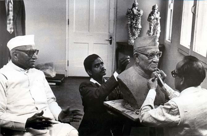 Morarji Desai with sculptor G M Kolhatkar.