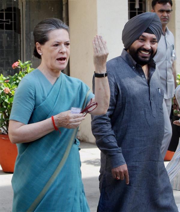 Priyanka, Sonia, Kejriwal, Rahul line up to vote