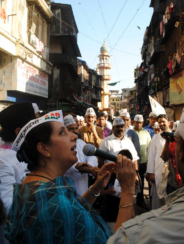 AAP candidate Meera Sanyal speaks to voters at Chhas Galli in the Muslim quarter of the Mumbai South constituency. The former banker asks them to give her and the party a chance, but makes no electoral promises.