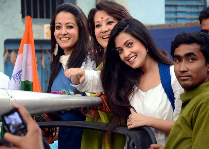 Raima Sen with her mother Moon Moon Sen, the Trinamool Congress candidate from Bankura, and her sister Riya Sen.