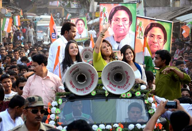 Raima Sen, Moon Moon Sen and Riya Sen campaign in Bankura.