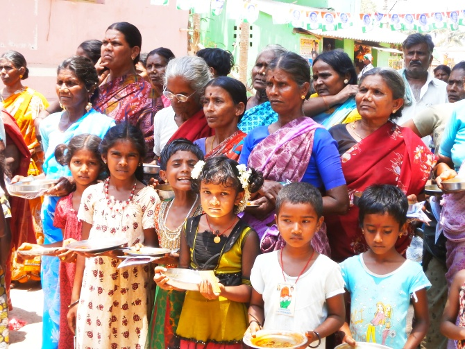 Women wait to perform aarti for Rashid.