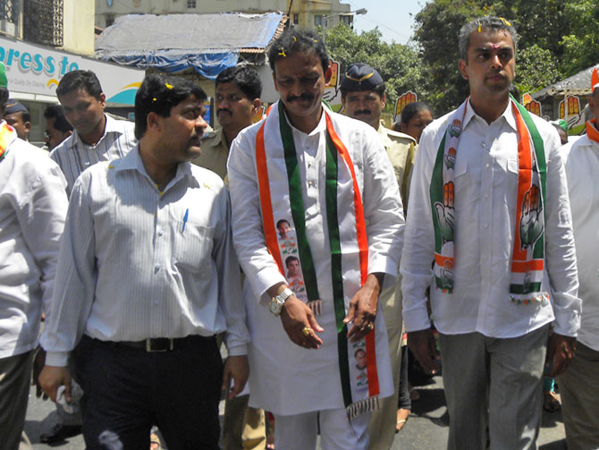 After his election vehicle breaks down Milind Deora continues his campaign in Colaba on foot.