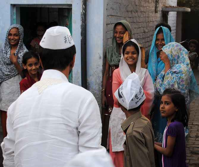 Javed Jafri interacts with Muslim women in Lucknow.