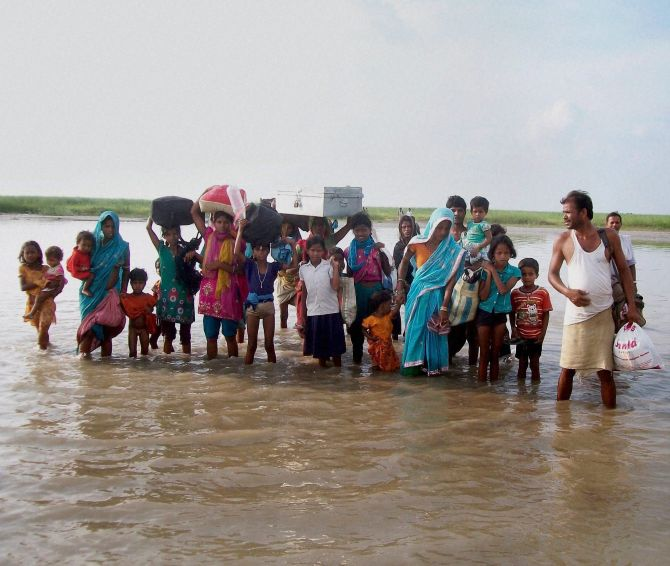 Villagers moving to safer places due to the danger to Kosis embankments after heavy flow of water.