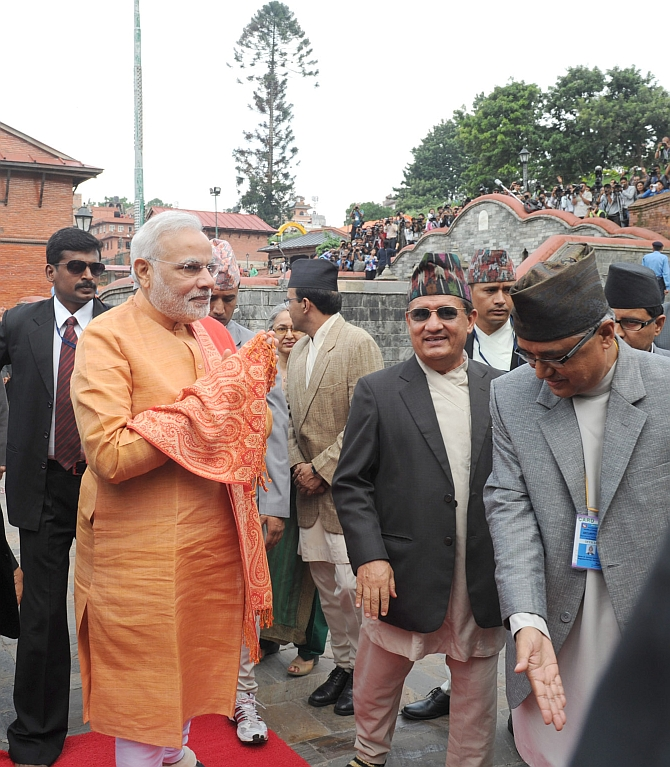 Modi outside the temple