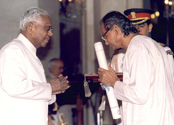 Sutar receives a Padamshree Award in 1999 from the then President K R Narayanan
