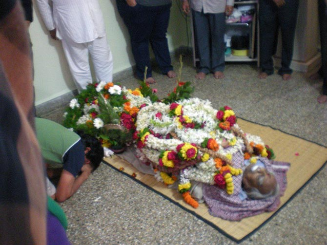 Yoga guru BKS Iyengar's body was kept at his home for mourners to pay their last respects.
