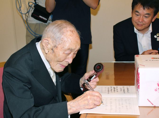 Sakari Momoi, the world's oldest man, says he enjoys reading, especially Chinese poetry.