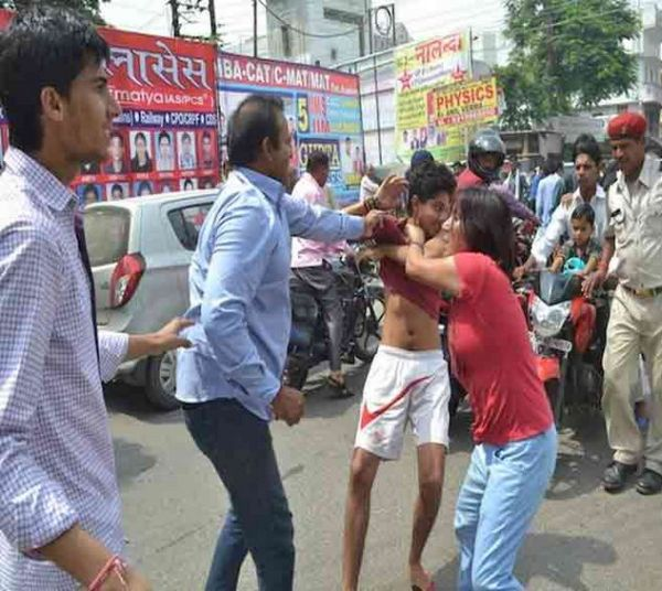 Woman comes to husband's aid, thrashes men in busy street