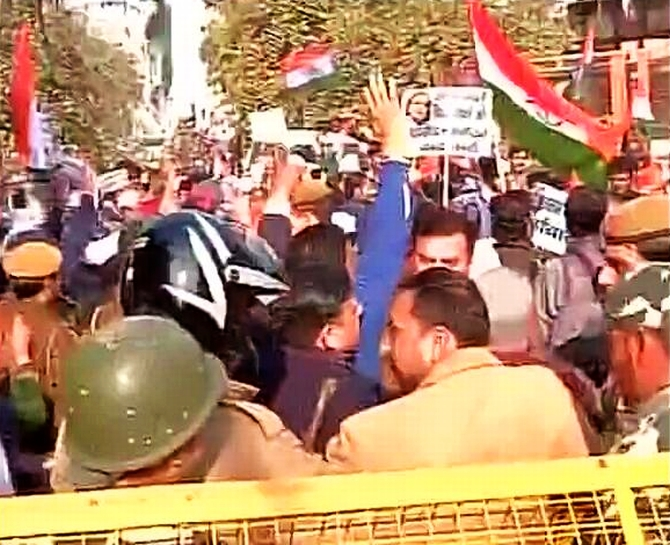 AAP members protest outisde Jaitley's house