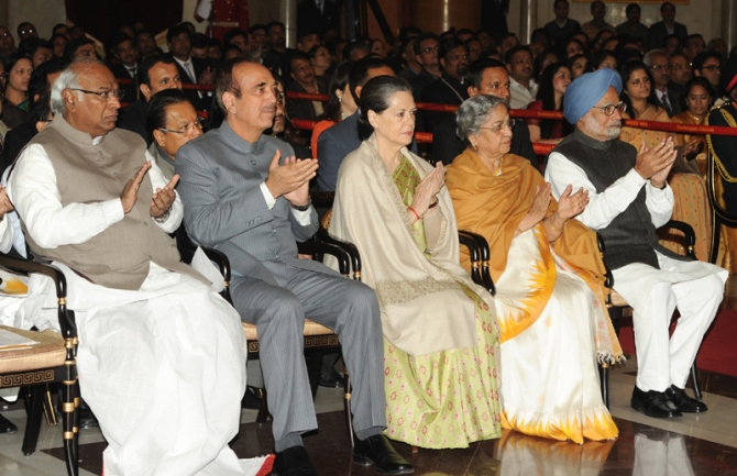 Prime Minister Dr Manmohan Singh, National Advisory Council chairperson Sonia Gandhi, Union Minister for Health and Family Welfare Shri Ghulam Nabi Azad, Union Minister for Railways Shri Mallikarjun Kharge at Bharat Ratna Award 2014 Investiture ceremony in New Delhi