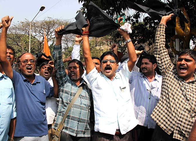 Supporters of Telangana shout slogans against Chandrababu Naidu