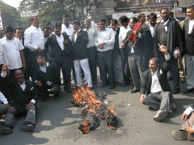 Pro-Telangana lawyers burn an effigy of CM Kiran Kumar Reddy in Hyderabad