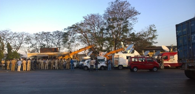 The police and the media wait for MNS workers at the Vashi toll plaza