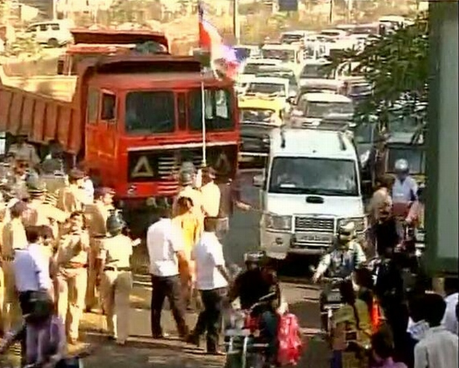Police detain MNS workers ahead of their toll agitation at Vikhroli
