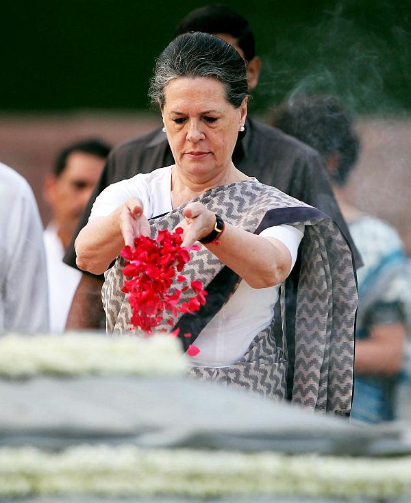 Congress president Sonia Gandhi pays tribute to late Prime Minister Rajiv Gandhi