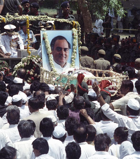 Supporters of former PM Rajiv Gandhi follow his coffin during the funeral procession in Delhi