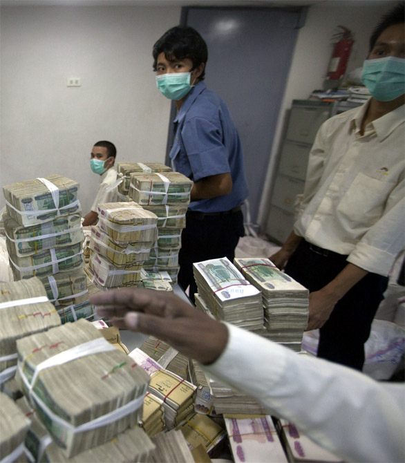 Corrupt netas LOOT India!