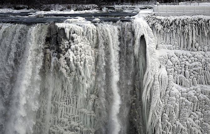 Polar vortex eases grip on frozen US