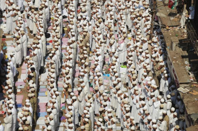 Lakhs of mourners gathered to pay their last respects to Syedna Burhanuddin in South Mumbai on Saturday
