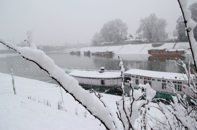FREEZE FRAME: White-out in Kashmir Valley, again