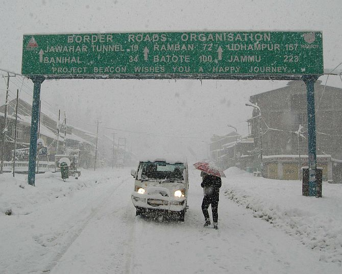 Massive snowfall cuts off Kashmir from rest of India