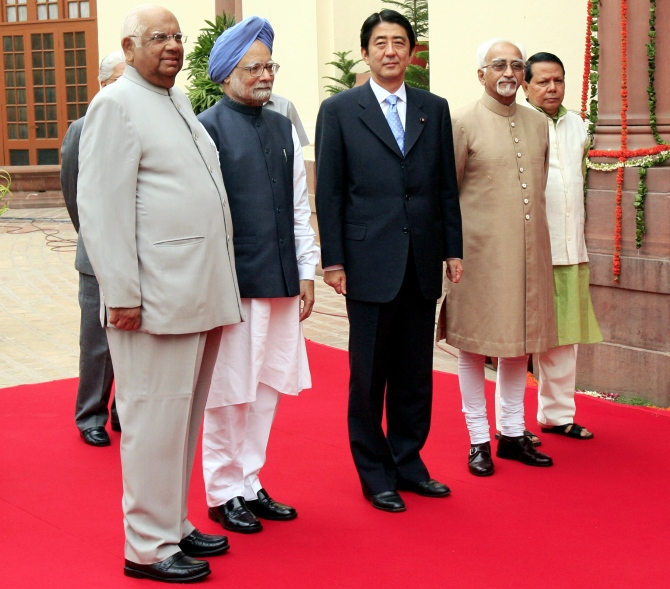 (From left to right) Former Lok Sabha speaker Somnath Chatterjee, Prime Minister Manmohan Singh, Shinzo Abe, Indian Vice President Hamid Ansari and former Information and Broadcasting Minister Priyaranjan Dasmunsi arrive at the Parliament in New Delhi in this photograph taken on August 22, 2007