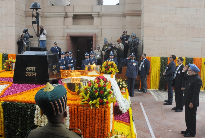 PM Manmohan Singh pays homage at the Amar Jyoti at India Gate on Sunday