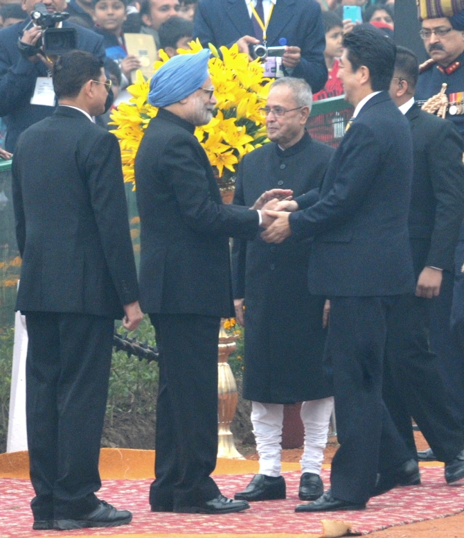 Japanese PM Shinzo Abe and President Pranab Mukherjee being received by the PM at the Republic Day Celebartions in New Delhi