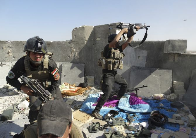 Members of the Iraqi Special Operations Forces take their positions during clashes with the ISIS militants.