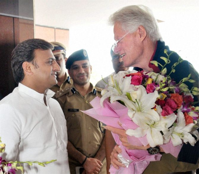 Former US President Bill Clinton being received by UP Chief Minister Akhiesh Yadav on his arrival at Amousi Airport in Lucknow