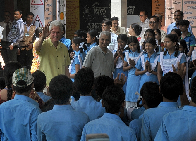 Former US president Bill Clinton waves to students