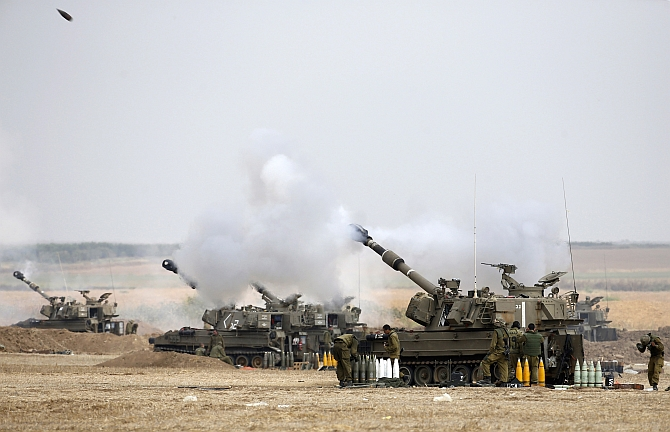 Israeli mobile artillery unit fires towards Gaza