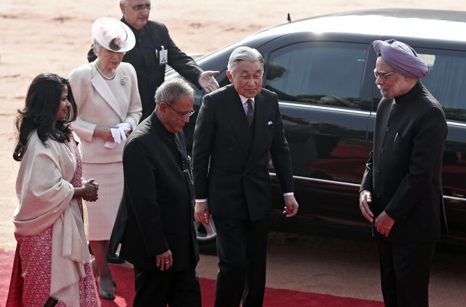 Japan's Emperor Akihito (C) and Empress Michiko (2nd L) arrive to attend their ceremonial reception as India's then Prime Minister Manmohan Singh (R), President Pranab Mukherjee (3rd R), his daughter Sharmistha (L) watch at the forecourt of India's presidential palace Rashtrapati Bhavan in New Delhi December 2, 2013.
