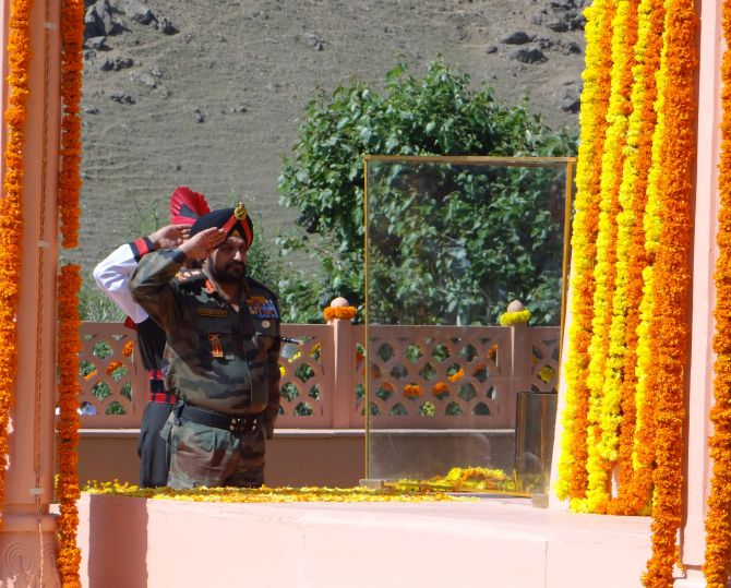 General Bikram Singh salutes the heroes of the Kargil war on the 15th anniversary of Operation Vijay Diwas.