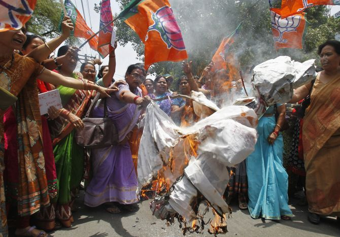 BJP workers burn an effigy of CM Akhilesh Yadav.