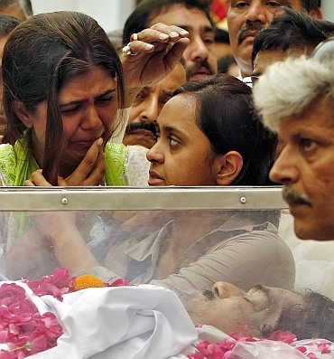 Pankaja Munde next to the body of her father