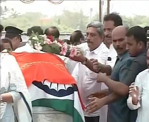 Goa Chief Minister Manohar Parrikar pays tribute to Munde