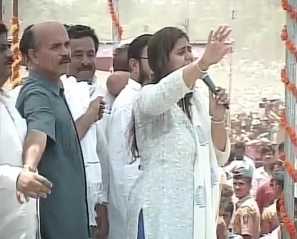 Munde's daughter Pankaja appeals to the crowd to maintain calm