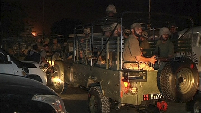 Soldiers arrive at the Karachi airport to battle terrorists