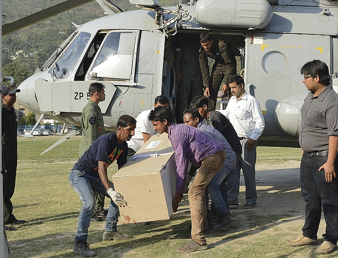 The body of a student is loaded onto an Indian Army helicopter at Mandi helipad in Himachal Pradesh