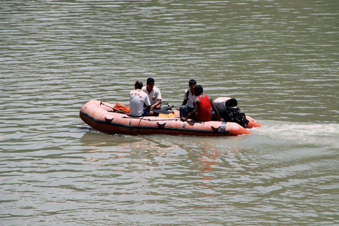 ITBP jawans carry out a rescue operation in Beas River near Pandoh Dam in Mandi on Monday a day after 24 engineering students from Hyderabad were washed away in the River near Thalot following discharge of water from Larji Dam.