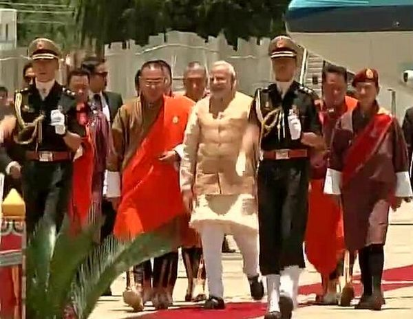 PM Narendra Modi being welcomed by Bhutan PM Prime Minister Tshering Tobgay.