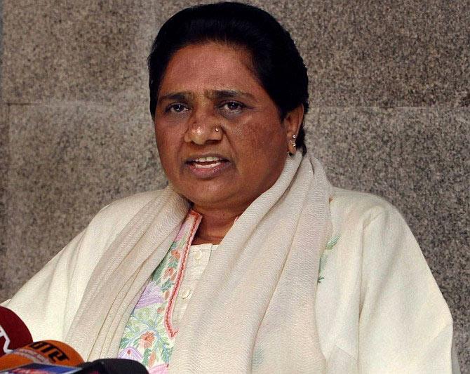 Mayawati bats for Hindi