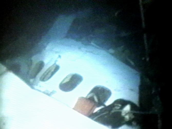 The wreckage of Swissair Flight 111 is filmed by divers from the USS Grapple off the coast of Novia Scotia September 20