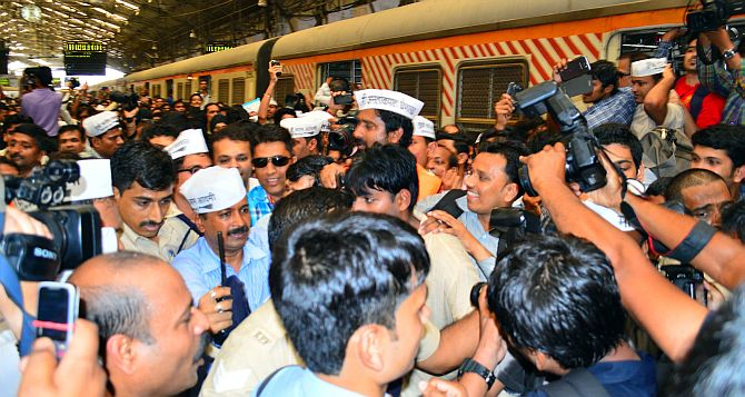 AAP leader Arvind Kejriwal is literally mobbed at Churchgate station