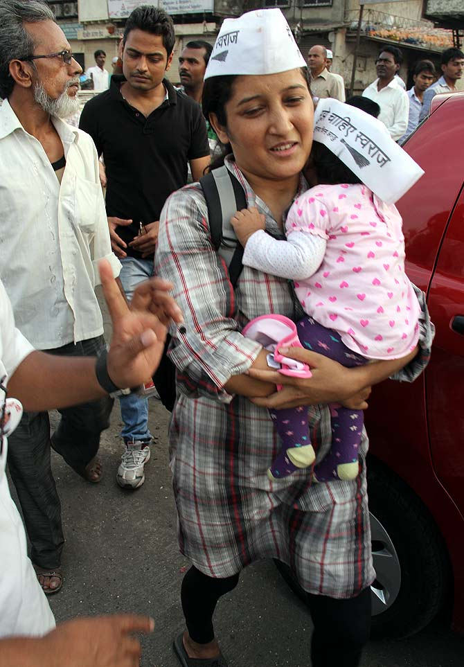 An AAP supporter with her baby joined Kejriwal's rally at Byculla, South Mumbai, and accompanied him to Govandi, North East Mumbai.